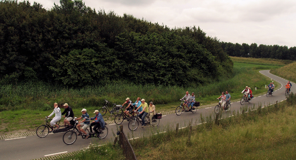 Het Vigeta-peloton fiets hier op een lekker rustige weg langs het kanaal.