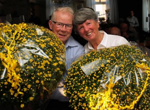 Piet (links) en Jose met de bloemen die zei gekregen hebben van de doelgroep