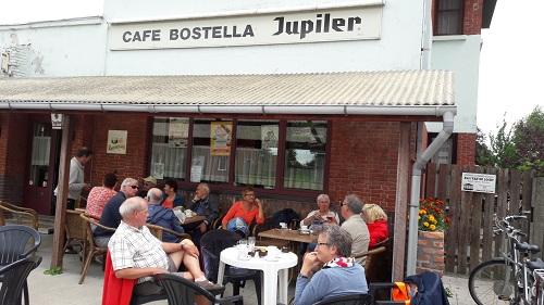 Aan de lunch op het terras van De Bostella