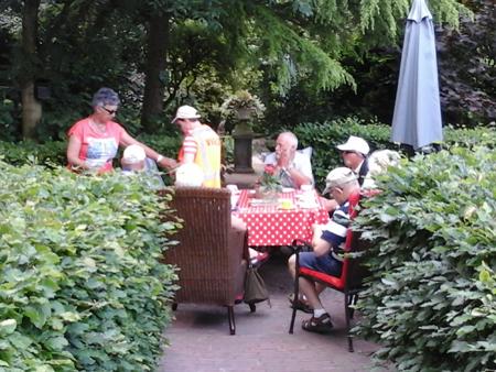 Enkele deelnemers aan de koffie in de mooie Engelse tuin bij Dicky's Theeschenkerij