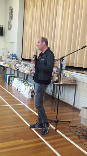 Wedstrijdleider Kenneth verteld de deelnemers de opzet van de Bridgedrive