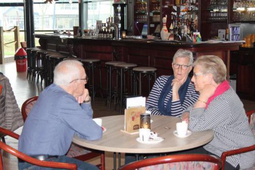 Je kunt ook gezellig koffie komen drinken en wat bijkletsen als je niet wilt bowlen zoals Rinus, Wilma en Truus op deze foto