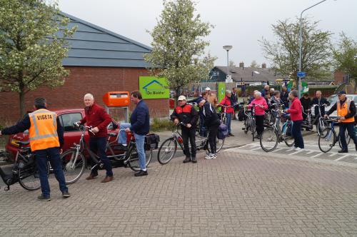 Opstellen voor de start van de tocht vanuit Helwijk