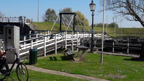 Gelukkig hoefden we niet over het bruggetje. Het poortje ging niet meer open en zouden de tandems er overheen getild moeten worden.