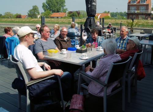 Lekker in het zonnetje op het terras an de haven genieten van de boterhammen