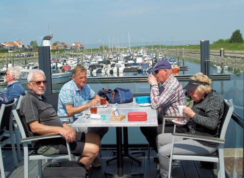 Huib, Peter, Dennis en Adje tijdens de lunch met fraai uitzicht op de haven