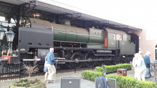 Op het binnenterrein van Preston Palace staat deze enorme locomotief. Er is 2 jaar en 9 maanden gewerkt voordat deze replica, er is nog maar 1 origineel en die staat in het spoorwegmuseum, helemaal klaar was