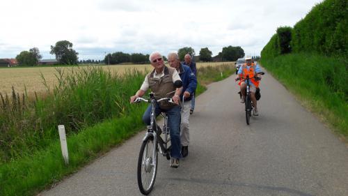 Cees Otte, van Ons Zeeland, tijdens een van zijn laatste tandemtochten. Rechts rijd Rinus Fierens