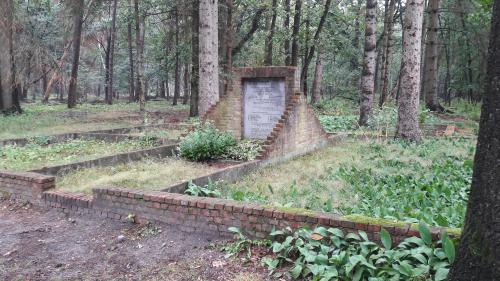 Het monumentje ter nagedachtenis aan de verschrikkingen die hiet hebben plaatsgevonden