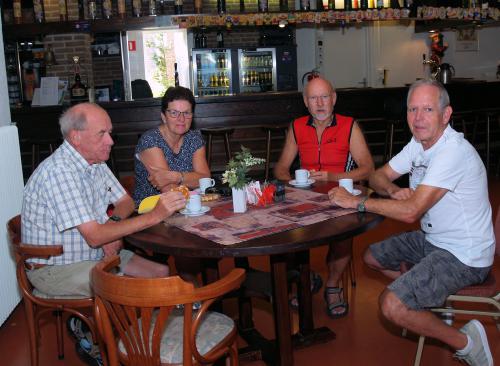 Ook Sam, Marina, Pieter en Johan genieten van de aangeboden koffie