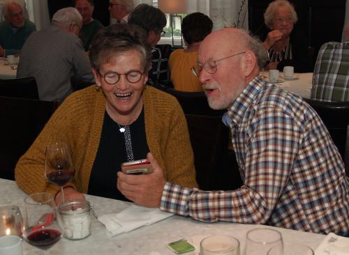 Pieter laat Anneke iets moois zien op zijn telefoon