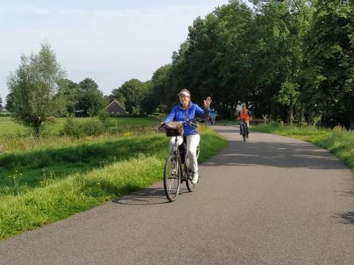 Ook Anneke Kleppe had het naar haar zin. Lekker fietsen op een mooie zaterdagmorgen