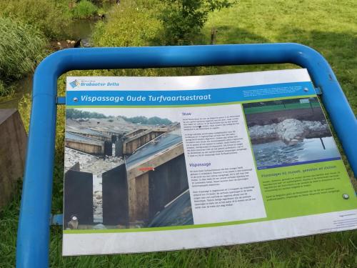Bordje met uitleg over de aanleg van de vispassage