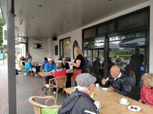 De koffie/thee met koffiekoek ging er wel in deze morgen op het terras van Het Wapen van Galder