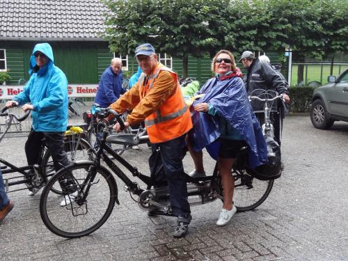 Vlnr: Jack, Sam, Johan, Ria en Jos klaar voor de tweede helft van de tocht van Ria