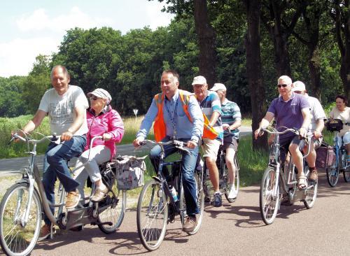 Gerard en Toos voeren het Vigeta-peloton aan tijdens de tocht van Toos. Rechts van hen onze voorzitter Eric. Daarachter Piet en Jac, Herman en Ronald en Willeke