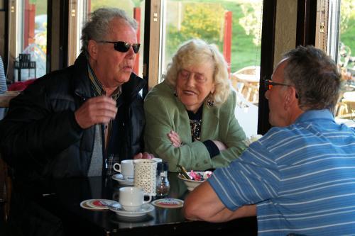 Dennis, Adje en Jac in gesprek voor aanvang van de tocht