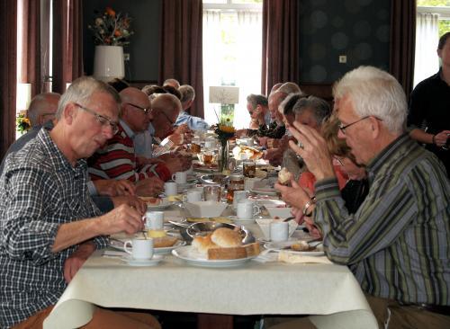 De deelnemers genieten van de heerlijke koffietafel bij Non Plus Ultra