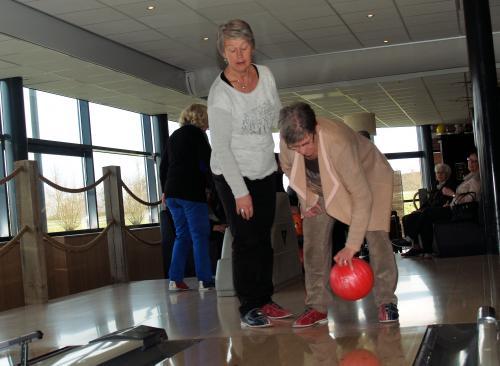 Joke (links) en Kitty tijdens de laatste bowlingmiddag van het seizoen