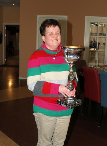 Esmeralda toont trots de Toon Bosters wisselbokaal als overall winnaar van het bowlingseizoen 2015-2016