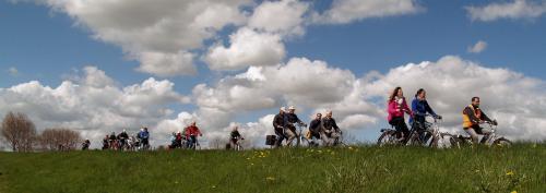 Leanne, Willeke en Frans wijzen het Vigeta-peloton de weg op het mooie eiland Tholen