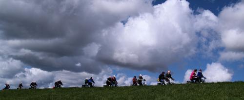 Dreigend donkere wolken boven de deelnemers. Het bleef gelukkig bij dreigen