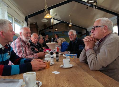 Herman, Jan, Gerard, Dennis, Adje, Huib en Rinus tijdens de lunch bij de Zeester