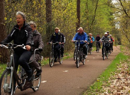 De deelnemers op het fietspad langs de Putseweg