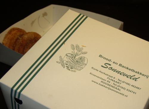 Een doos vol Lekkere appelflappen staat klaar voor de start van de tocht in Fijnaart
