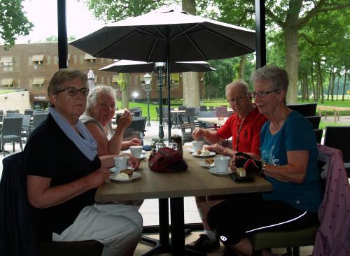 Truus, Jaantje, Piet en Angeline aan de koffie met appelgebak tijdens de koffiestop bij Bosrestaurant Overberg