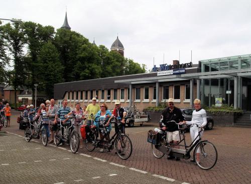 Even poseren voor De Wittenhorst zodat Piet een mooie foto kan leveren aan het dorpshuis om te laten meedraaien in het scherm van activiteiten in of vanuit De Wittenhorst