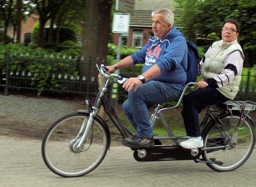 Leo en Leanne genieten van het fietsen op de tandem