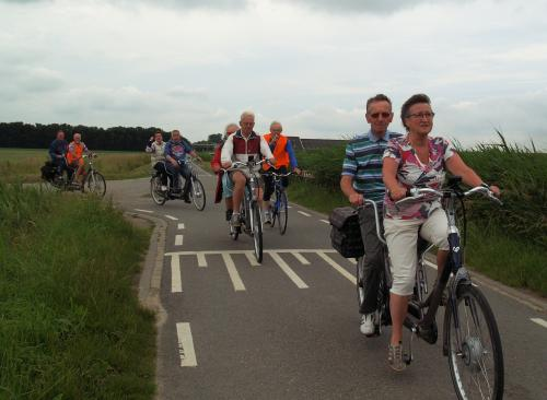 Corry fiets deze tocht met Jac. Daarachter rijdt Joep met Jaantje, Geert, Leo met Leanne en Pieter met Ger