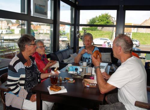 Voor de start genieten Kitty, Toos, Joke en Johan van de koffie met een lekkere Zeeuwse Bolus