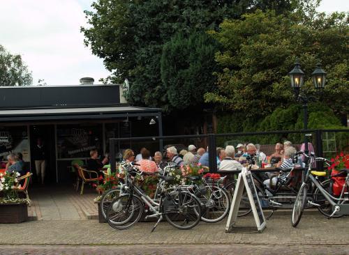 De deelnemers tijdens de lunch bij ''Ons Cafe'' in Esch