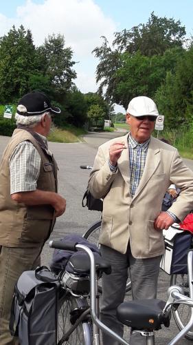 Met de komst van Kees, links, heeft Dennis een rookmaatje