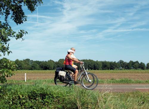 Elly rijd naast Jan tijdens de tocht vanuir Roosendaal