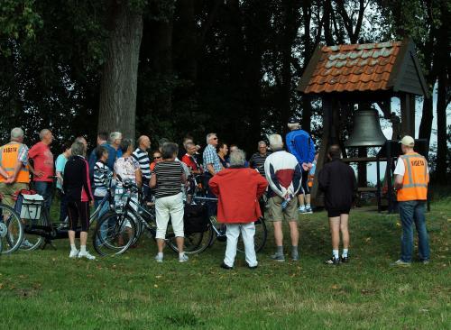 Geert geeft tijdens de vudb-stop bij het oorlogsmonument in de omgeving van Welberg uitleg waarom het daar staat