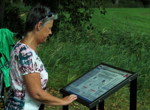Joke leest de informatie bij het oorlogsmonument in de polder van Welberg