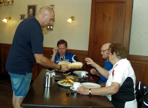 Tijdens de heerlijke lunch worden er broodjes met kroket uitgedeeld door de voorzitter van ''Wouw Doet''