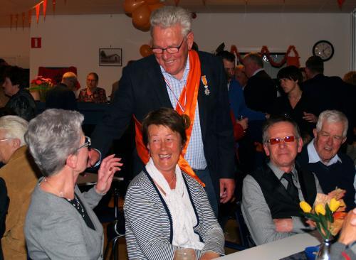 Piet Kleppe bij Vigeta mensen bij het uitreiken van zijn lintje