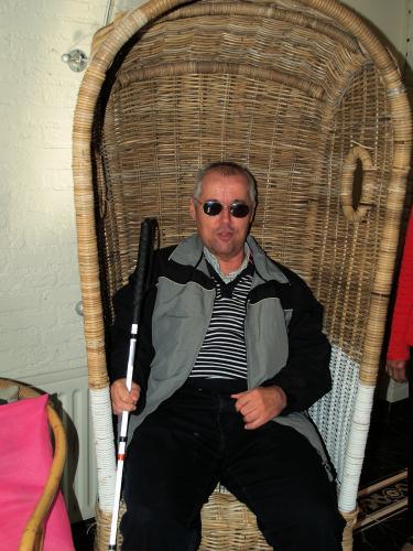 Eric Loos wil de zomer nog wat langer laten duren. Hij ging nog even in de oude strandstoel zitten die in de hal staat bij Non Plus Ultra