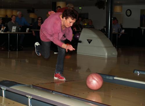 Een fanatieke Willeke gooi met een flinke zwaai de bal richting de pins