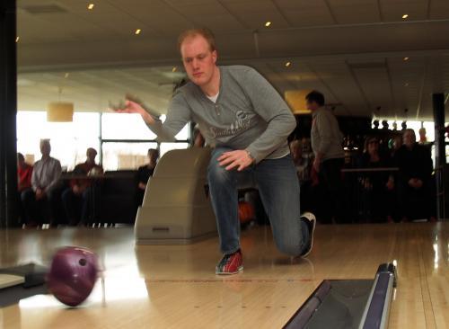 Sierlijke houding van Marc tijdens het gooien van de bowlingbal