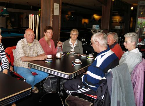 Vlnr: Sam, Marina, Truus, Eric (op de rug gezien) Jaantje en Angeline aan de koffie voor aanvang van de tocht vanuit Roosendaal