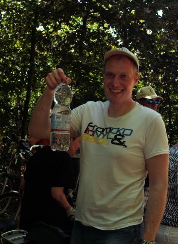Mark ging goed voorbereid op weg deze hete zaterdag in Oudenbosch. Op de foto laat hij een flinke fles water zien.