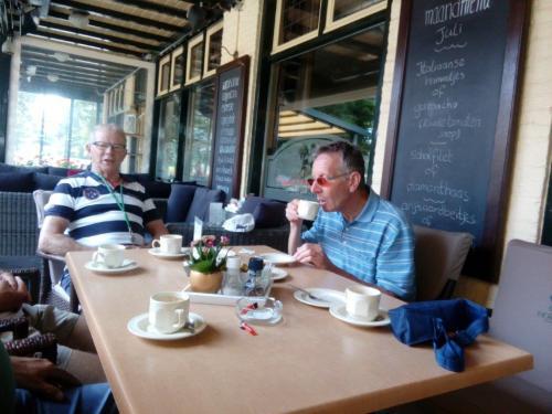 Piet Brocatus en Jac Koolen aan de kofiie in Achterberg tijdens de woensdagrit