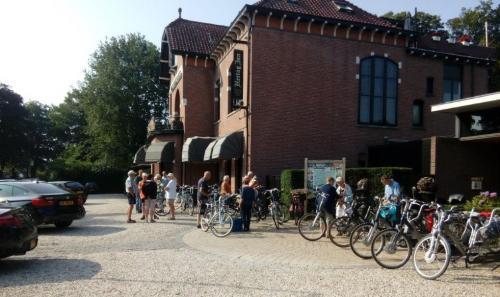Enkele deelnemrs voor de start van een tocht voor het hotel in Lunteren