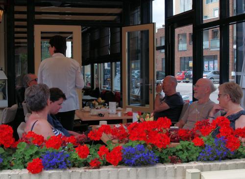 Tijd voor een koffiepauze op een terras in Achterveld. Vlnr.: Corrie, Esmeralda, Gerard, Pieter en Truus