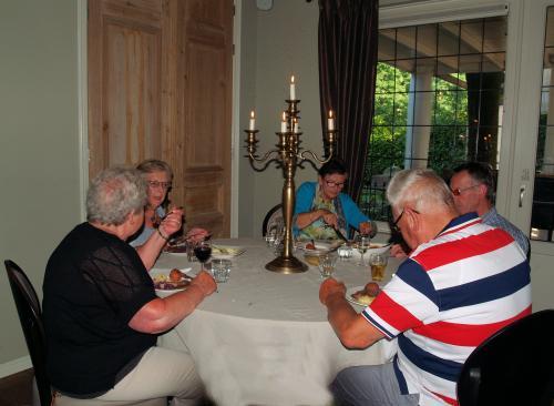 Mooi gedekte tafels en lekker eten. Echt genieten!!!